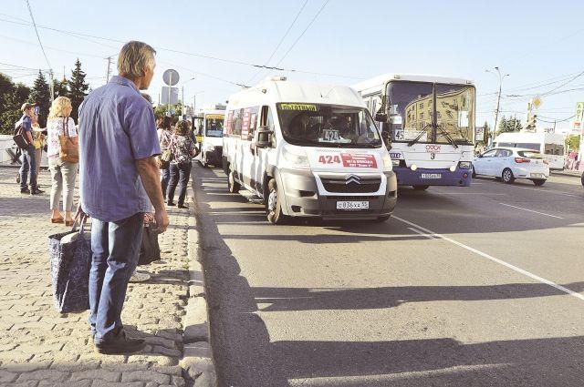 Ждать общественный транспорт теперь приходится только на остановке.