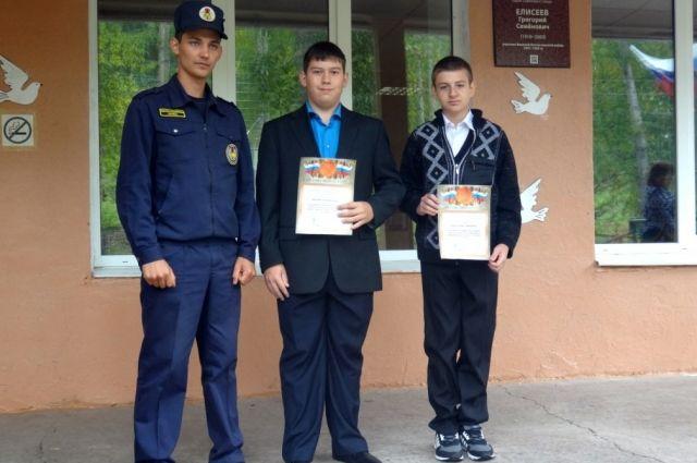 ВШарыповском районе школьники спасли изгорящего дома слепого пенсионера