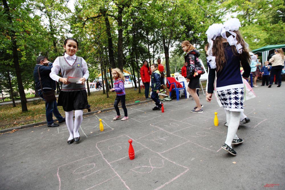 Многие ребятишки приходили в Центральный парк сразу после школьных линеек.