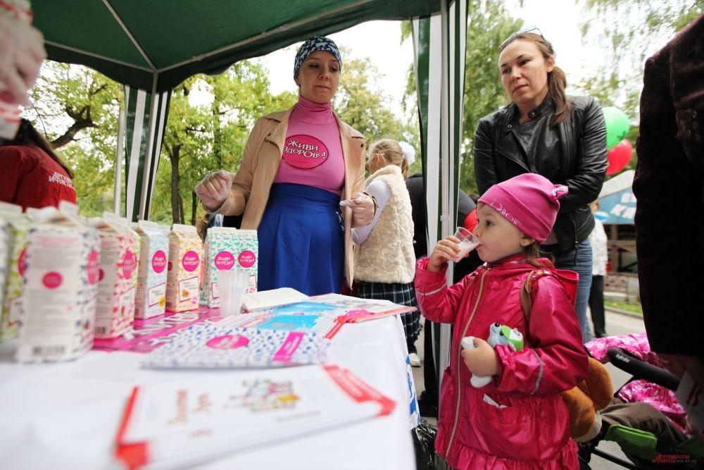 В перерывах между конкурсами взрослые и дети дегустировали полезные угощения.