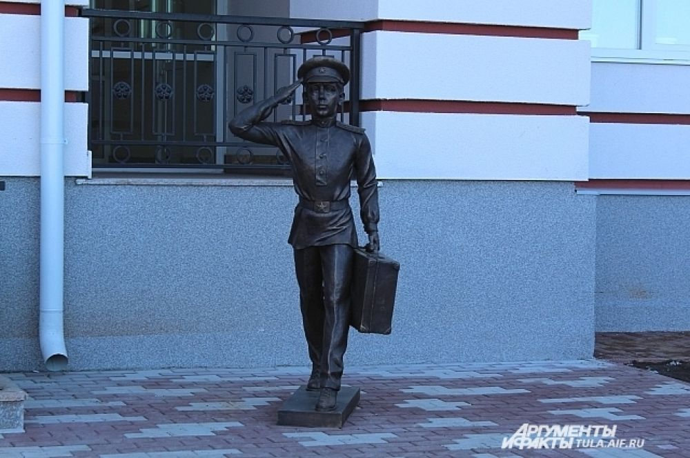 Скульптура Суворовца у главного корпуса