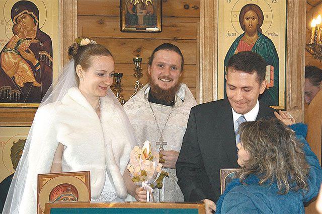 Ангелина вместе с Эдуардо и отцом Каллистратом, венчавшим пару, в Троицком храме.