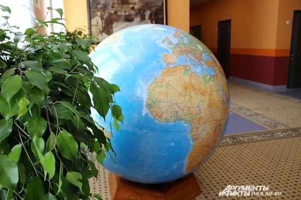 В учебном корпусе есть и большой глобус - на переменах будет чем занться
