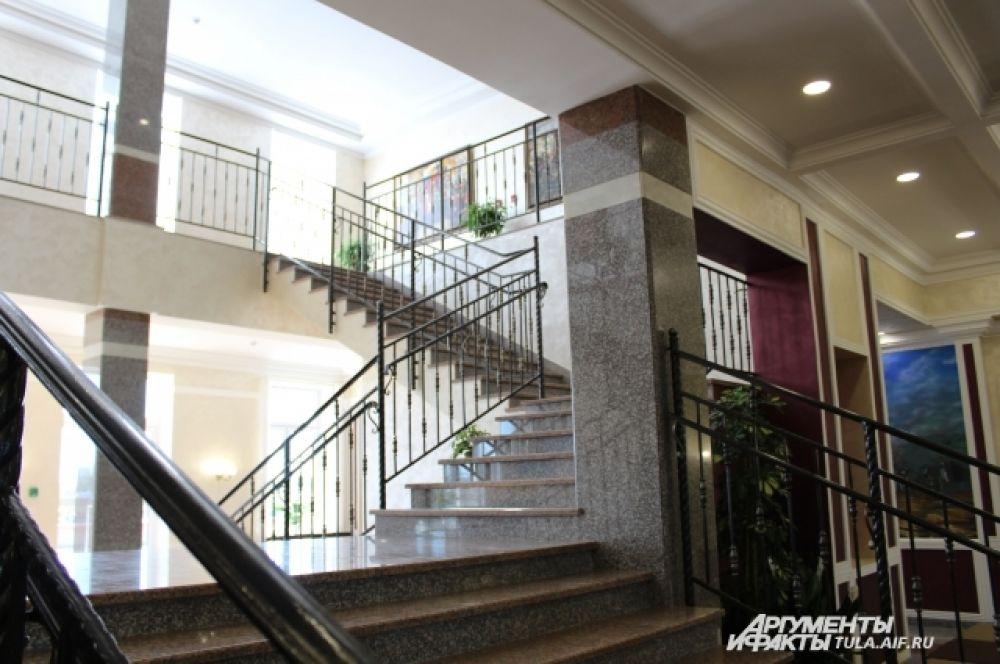 Центральная лестница в главном учебном корпусе