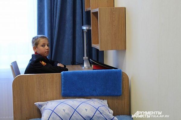 Кадеты живут в блоках, которые разделены на две комнаты, в каждой комнате - по два человека