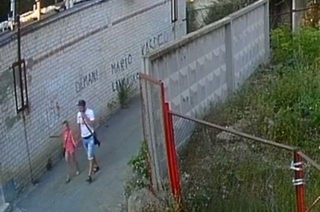 Во время последнего преступления мужчина попал под объектив камеры наружного наблюдения.