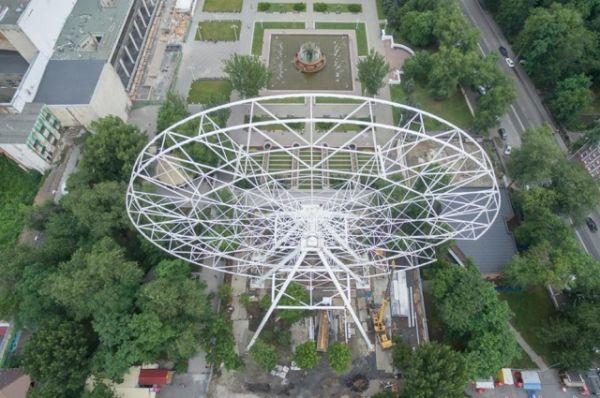 Колесо смонтировано за короткий срок в парке Революции донской столицы.