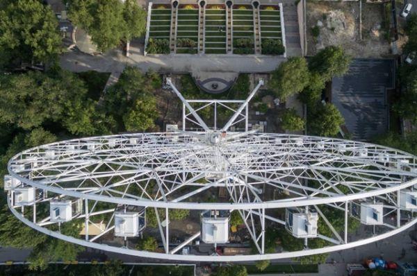 Кстати, ростовчанин Валерий Ростовец создал петицию, в которой просил городскую администрацию отказаться от идеи строительства нового колеса обозрения в парке Революции.