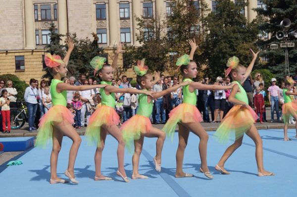 Зажигательные танцы юных воспитанниц школы гимнастики
