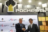 Игорь Сечин (слева) и президент, главный исполнительный директор PTT Public Company Limited Тевин Вонгванич.