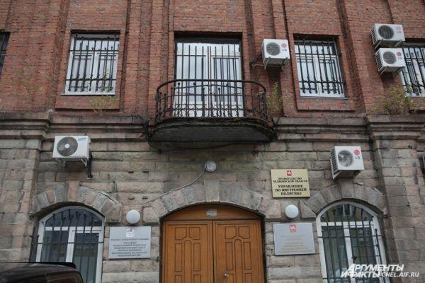 Многое становится понятно при взгляде на заросший кустами фасад Управления регионального государственного строительного надзора.