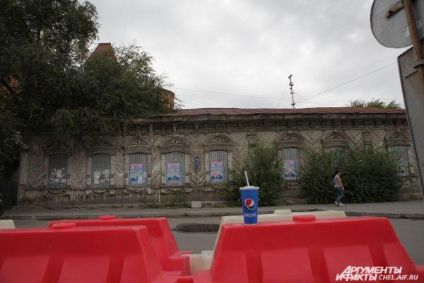 По соседству с управлением находится выявленный объект культурного наследия.