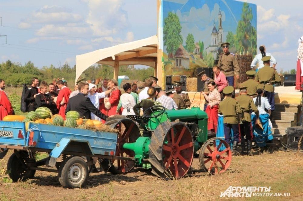 На сцене и площадке перед зрителями разворачивается реконструкция жизни казаков столетней давности.