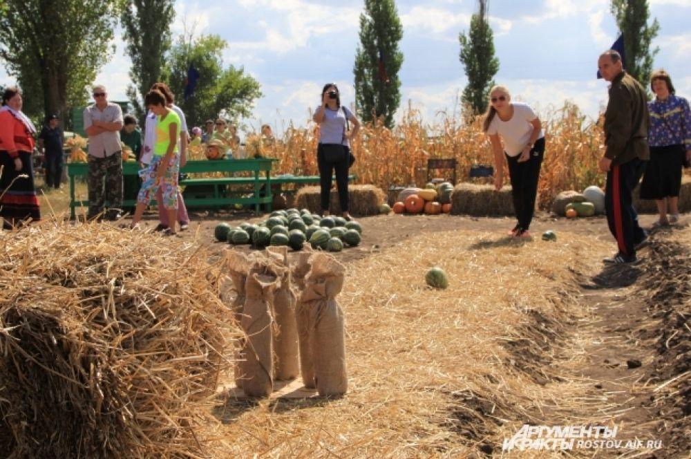Арбузный боулинг. Участники праздника катали арбузы, чтобы сбить импровизированные кегли.