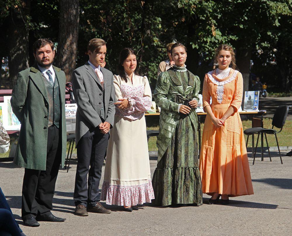 Колорит эпохи подчеркнули пюди в костюмах XIX века