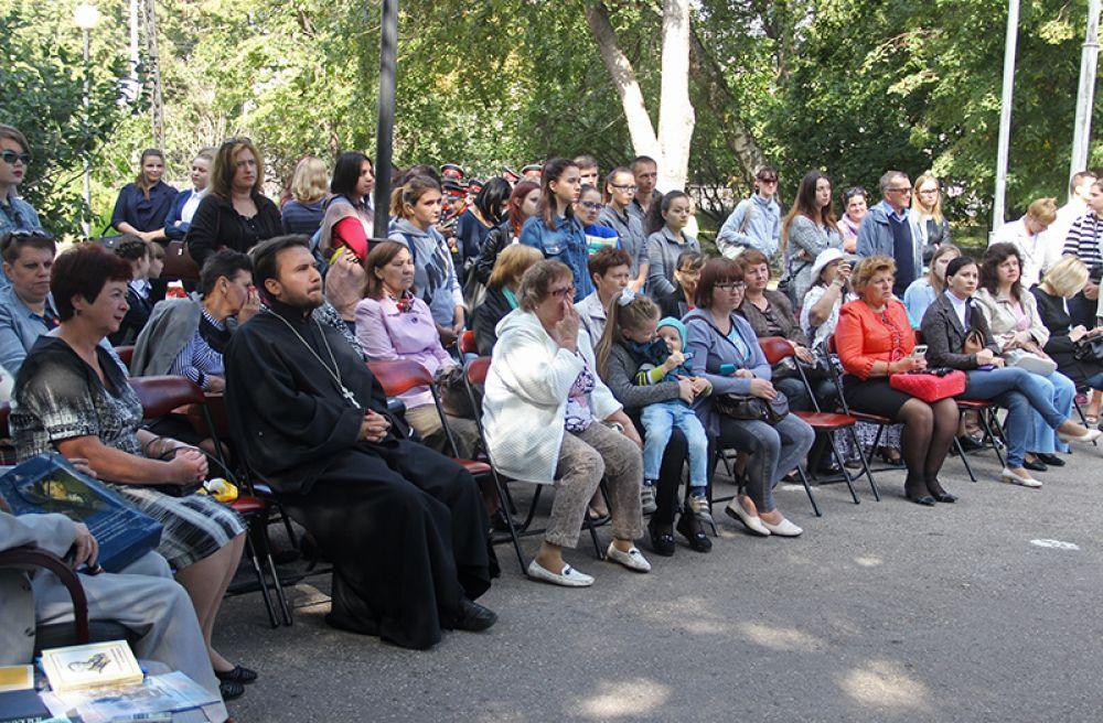 В сквере Карамзина собралось не менее двухсот ульяновцев