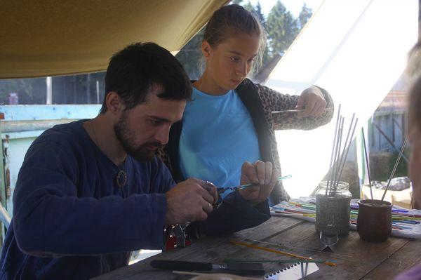 Во время передышки гости праздника могли посетить мастер-классы и сделать, например, стеклянные бусы.