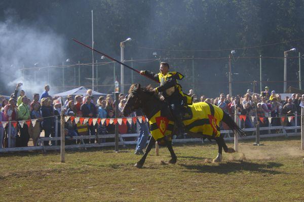 Не менее захватывающими стали соревнования конных рыцарей.