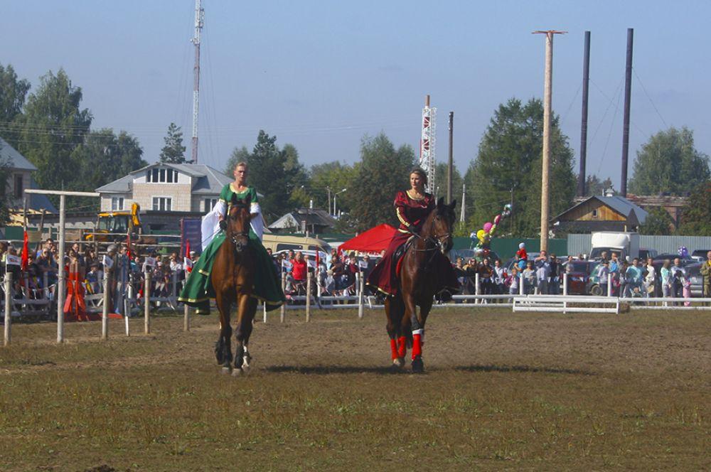 Лошади под участницами праздника будто танцевали.