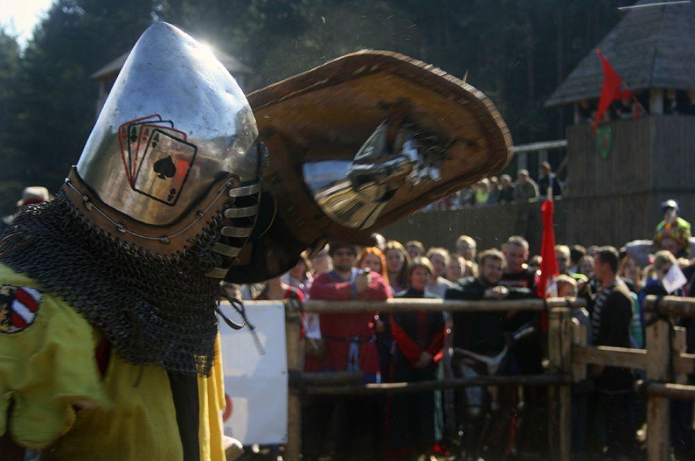 Рыцари демонстрировали свои силу и умения.
