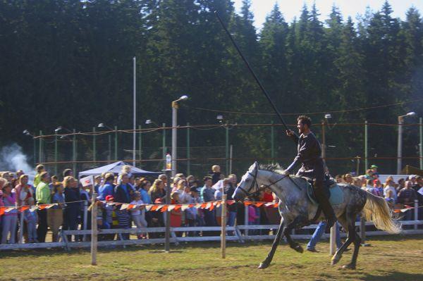 На большой скорости участники сбивали щиты.