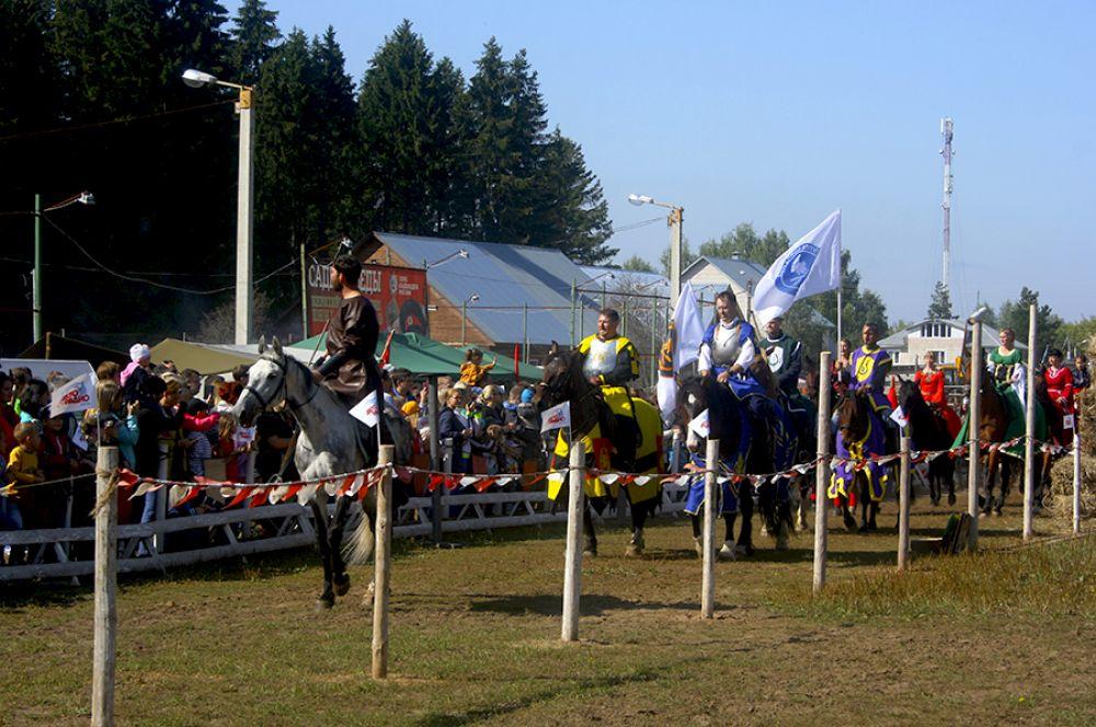 Рыцари на лошадях приветствовали зрителей.