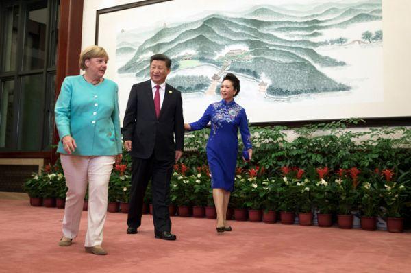Председатель КНР Си Цзиньпин встретил гостей в гостинице «Сицзи» на берегу самого красивого озера в стране Сиху. Там же присутствовала жена китайского лидера Пэн Лиюань.
