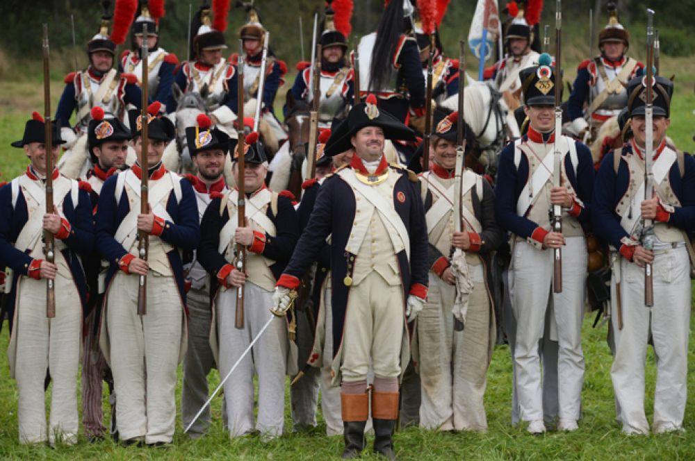 Участники военно-исторической реконструкции Бородинского сражения во время представления на Бородинском поле в Московское области.