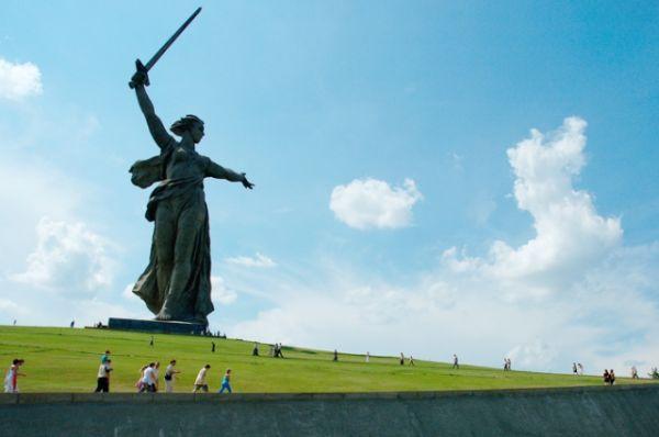 Волгоград (скульптура «Родина-мать зовет!» и Мамаев курган)