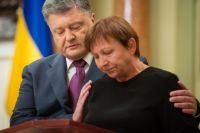 Петр Порошенко с матерью погибшего бойца