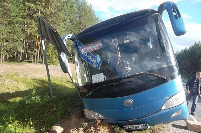 ВХолмогорском районе автобус ссорока пассажирами съехал вкювет
