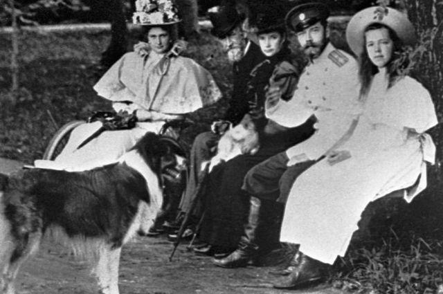 Император Николай II (2 справа), империатрица Александра Федоровна (1 слева) и великая княгиня Ольга Александровна (3 слева) на прогулке.