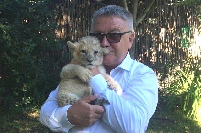 Львица АяизБарнаульского зоопарка поранила палец ведущему Джону Уоррену