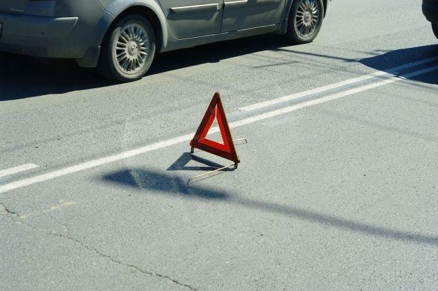 Иномарка повредила дорожный знак у светофора.