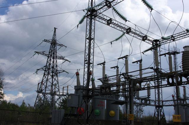 Рабочий тянул кабель по столбам, когда его поразило током