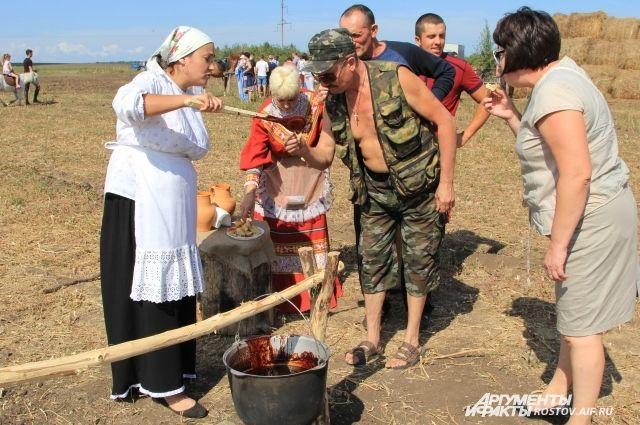 Праздник «Кружилинские толо́ки» показывает жизнь казаков 100-летней давности.