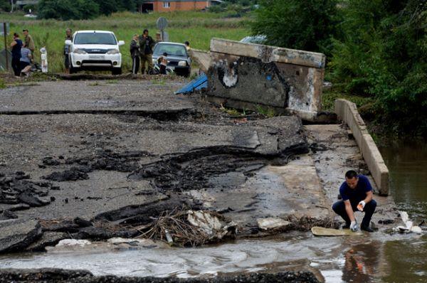 После тайфуна в зоне бедствия оказались 13 районов, ситуация пока остается тяжелой.