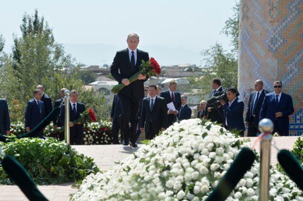 Там он возложил букет красных роз к могиле первого президента Узбекистана.