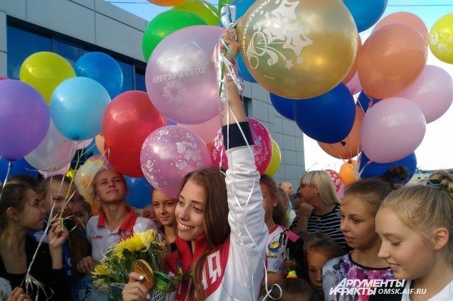 Олимпийскую чемпионку встречали цветами и воздушными шариками.