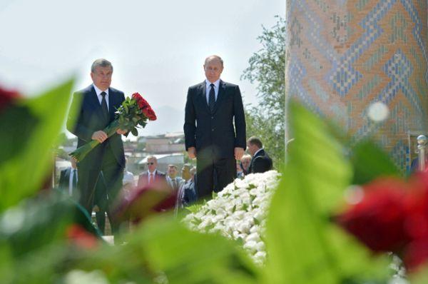 Он почтил память Каримова вместе с премьером республики Шавкатом Мирзиёевым.