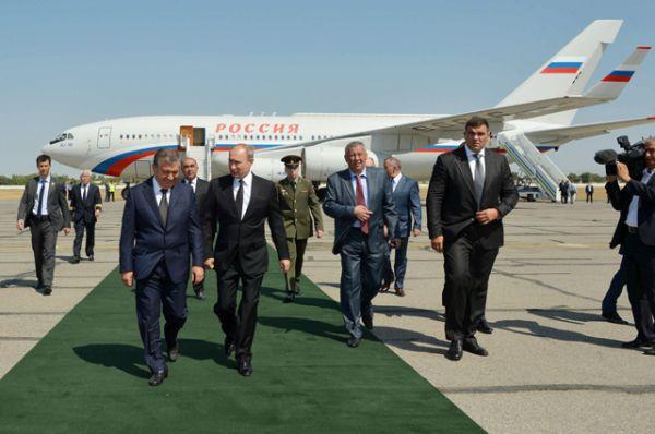 Президент РФ Владимир Путин во время встречи в аэропорту Самарканда.