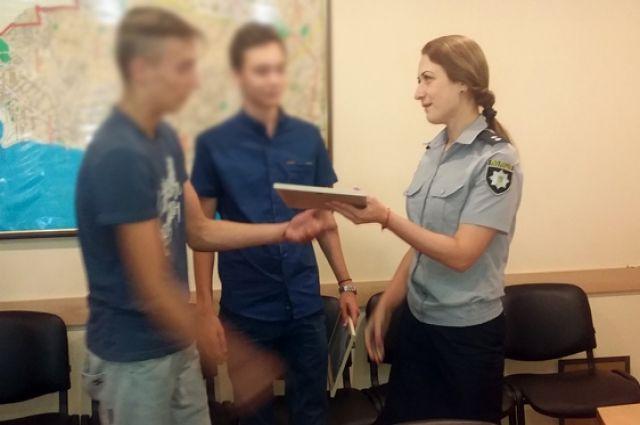 ВОдессе школьник сдрузьями задержали преступника