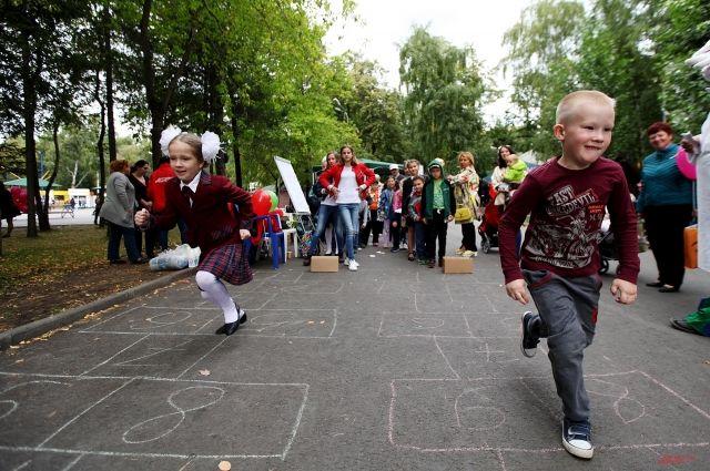 Дети играли на празднике День знаний в Новосибирске.