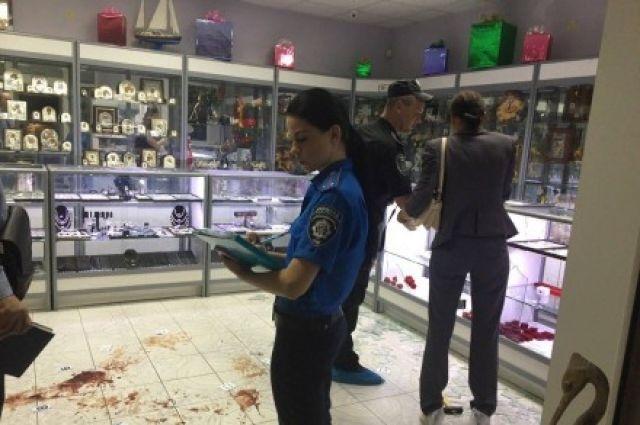 Преступники обчистили ювелирный магазин иранили охранника