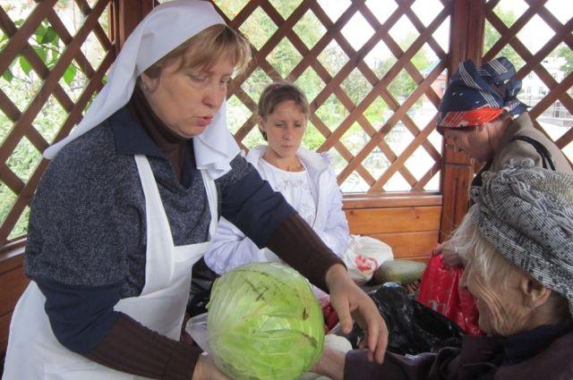 Овощи раздавали одиноким пенсионерам и многодетным семьям.