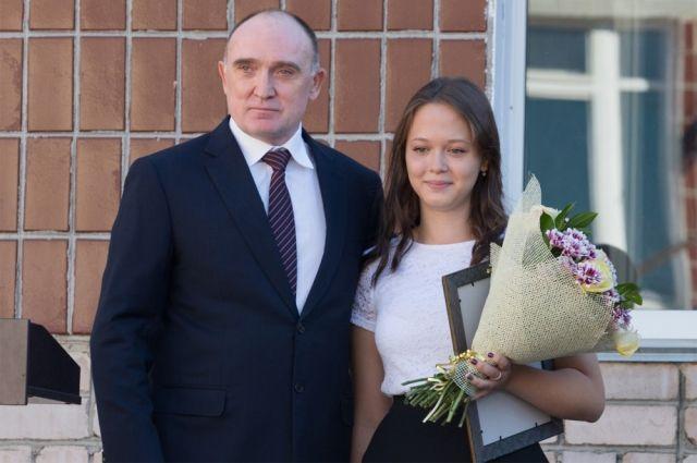 Борис Дубровский и ученица школы № 41 Оксана Юлдашева.