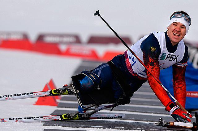 Алексей Быченок на огневом рубеже гонки в соревнованиях по биатлону на XI Паралимпийских зимних играх в Сочи.