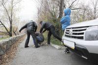 Некоторые автомобилисты не дожидаются работников ГИБДД, а наказывают провинившегося кулаками или битой.