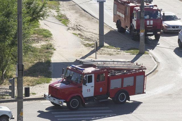Легковушки врезались в пожарную машину, не уступили дорогу.