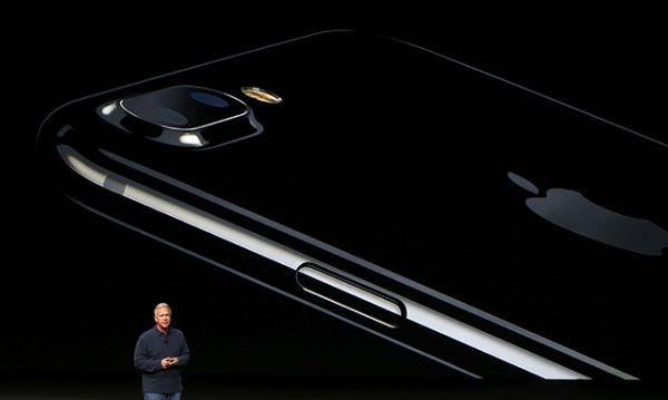 Также новый iPhone обладает пыле- и водонепроницаемым корпусом и представлен в новом цвете - jet black.